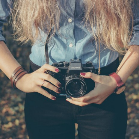 person-woman-camera-taking-photo_liten